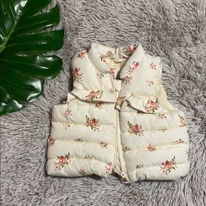 🎄GAP baby girls creme floral puffer vest 0-6 m